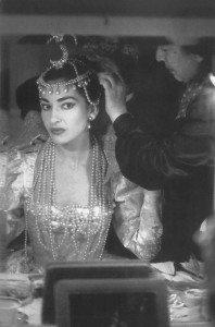 Maria Callas in camerino mentre si prepara ad interpretare Ifigenia di Gluck, Milano 1957.