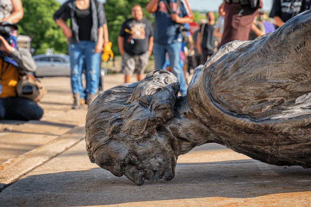 Musica 101 – quando crollano le statue